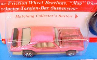 HOT WHEELS REDLINE FACTORY FLAW ' OLDS 442 PINK ?? BASE MINTY CARDED 3